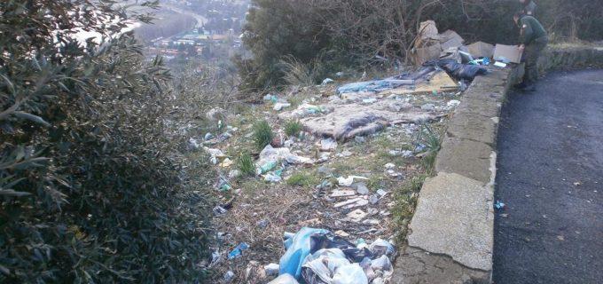 Un panorama di rifiuti si affaccia sul lago di Albano