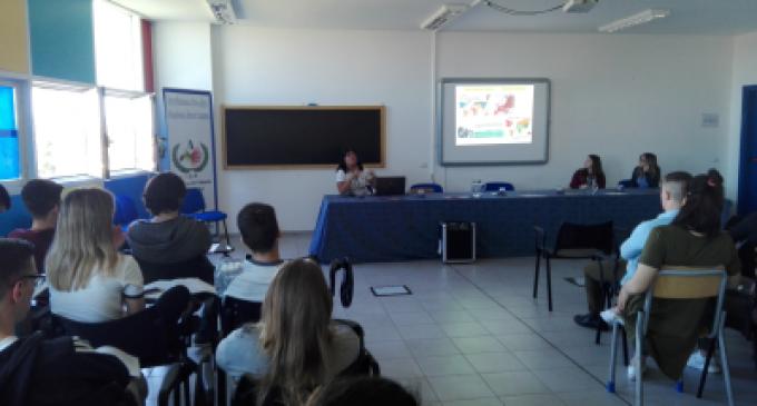 All'Istituto Alberghiero di Ladispoli, la dott.ssa Valeria Covacci spiega il rapporto fra alimentazione e neoplasie