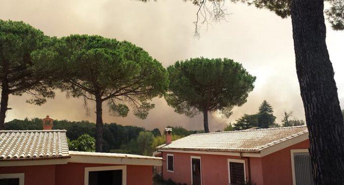 La terra brucia ancora. Grande incendio nei pressi di Manziana
