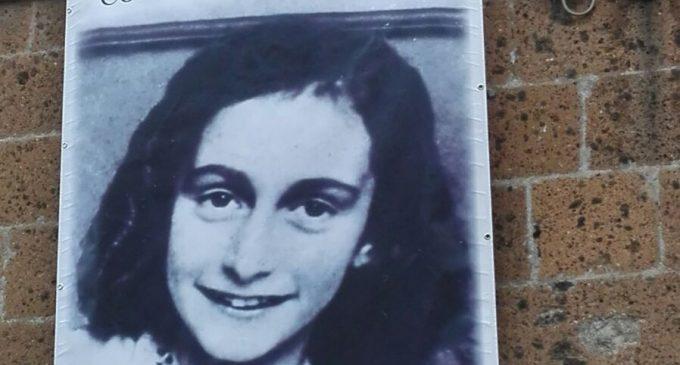 Cerveteri, dal Municipio una gigantografia di Anna Frank contro l'antisemitismo e l'odio razziale