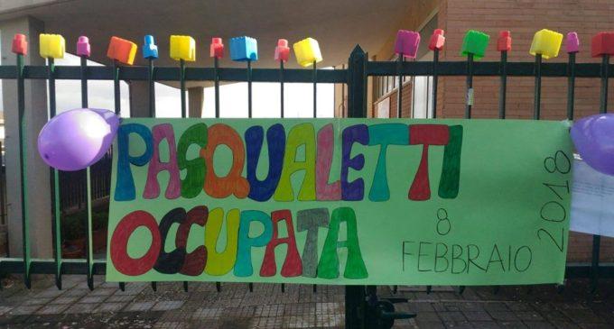 Scuola dei Pasqualetti occupata, i genitori protestano contro i tagli alle sezioni. Domani lo sciopero delle maestre