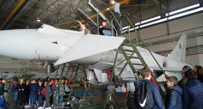 Gli alunni della Corrado Melone in visita agli Eurofighter