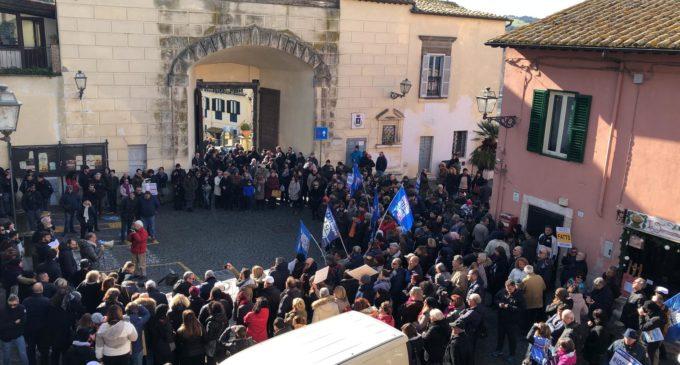 Anguillara. Diretta: in tantissimi a #iocisono la manifestazione dei comitati e dei cittadini contro l'amministrazione comunale