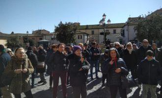 Manifestazione a Bracciano contro l'amministrazione, si accende il dibattito