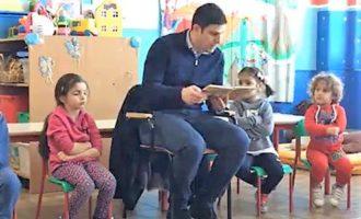 Il Sindaco legge una fiaba ai bambini della sezione D Scuola dell'infanzia