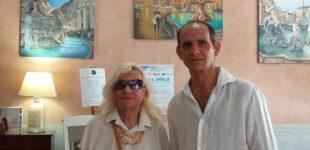 """Com stampa Ladispoli: """"Visita a sorpresa della celebre pittrice Carla Campalla mostra su Caravaggio di Ladispoli"""""""