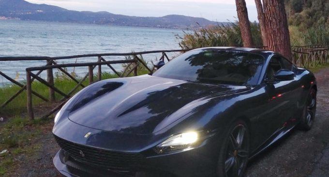 """La Ferrari gira lo spot della nuova """"Ferrari Roma"""" sul Lago di Bracciano"""