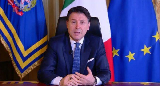 """Le critiche dell'opposizione (e di Renzi) alla comunicazione """"notturna"""" di Conte"""