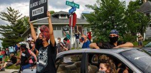 """Afroamericano soffocato, in centinaia protestano a Minneapolis. La sorella: """"Licenziare gli agenti non è abbastanza"""""""