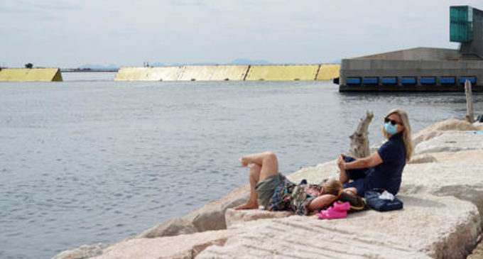 Mose alza due barriere, gente assiste da spiaggia