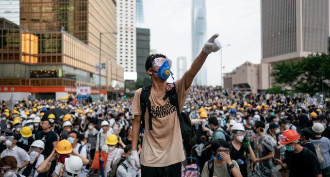 Hong Kong, ai gas lacrimogeni i manifestanti rispondono cantando l'inno simbolo delle proteste (VIDEO)