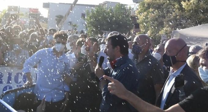 """Scontri, tensioni e caos a Mondragone. Contestato Salvini, lancio d'acqua, interrotto il discorso. Lui: """"Cittadini ostaggio di delinquenti"""""""