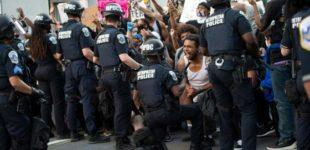 """Morte Floyd, lo sceriffo di Flint in marcia con i manifestanti: """"Qui per darvi voce"""". Dal New Jersey al Missouri, la solidarietà dei poliziotti"""