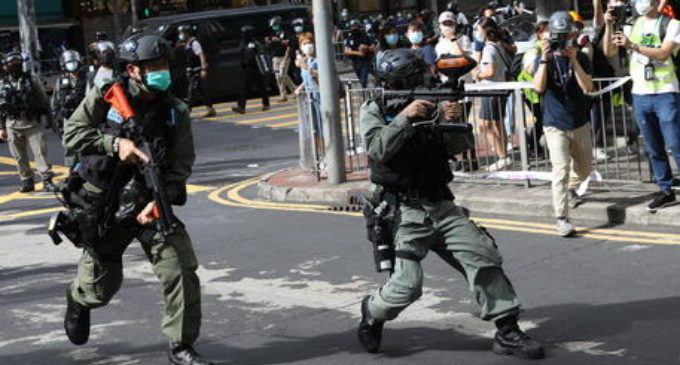 A Hong Kong migliaia in piazza, finora oltre 300 arresti