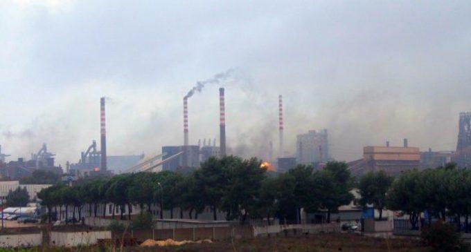 """ArcelorMittal, Peacelink chiede indagine al ministro Costa dopo le nuvole di polvere rossa: """"Parchi minerali non coperti"""""""