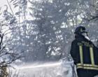 Rifiuti e sterpaglie in fiamme a Roma nord, in azione vigili del fuoco e elicotteri. Chiuse alcune strade