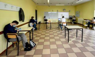 Scuola, niente mascherina al banco ed esami sierologici volontari per i prof