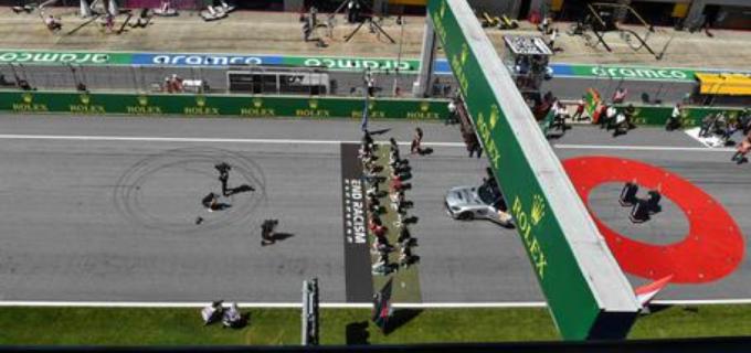 F1, Hamilton: 'Mai chiesto ad altri piloti di inginocchiarsi'
