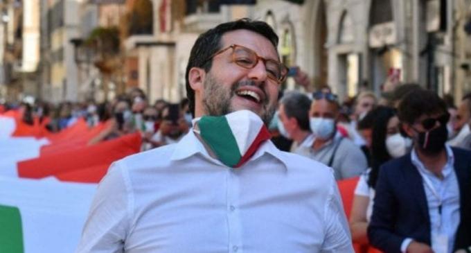 """Gli infermieri contro Salvini su Fb: """"Noi mettiamo la mascherina perché abbiamo visto cosa fa il virus"""""""