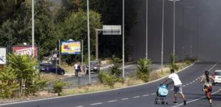 Roma, incendio in un demolitore auto in zona Campi sportivi: tangenziale chiusa per fumo