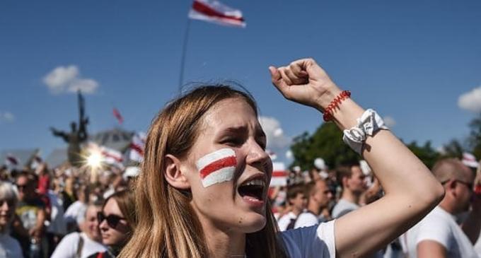 """Bielorussia, folla oceanica per la """"Marcia della libertà"""". Russia pronta a intervento militare se necessario"""