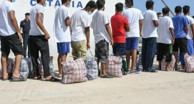 Migranti, Conte: «No ingressi irregolari». Lampedusa, 200 arrivi. Porto Empedocle, 50 in fuga