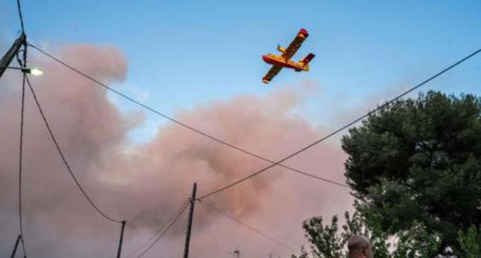 Vasto incendio vicino Marsiglia, evacuate 2700 persone