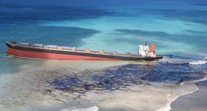 Mauritius, nave incagliata: la scia nera nelle acque cristalline