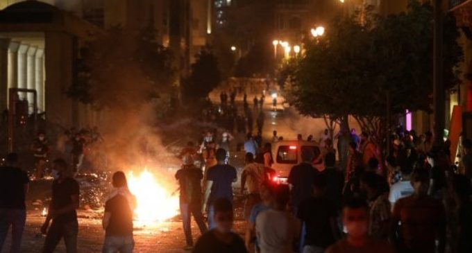 Beirut, arrestato il direttore del porto. Sulla sponda dell'enorme cratere generato dall'esplosione