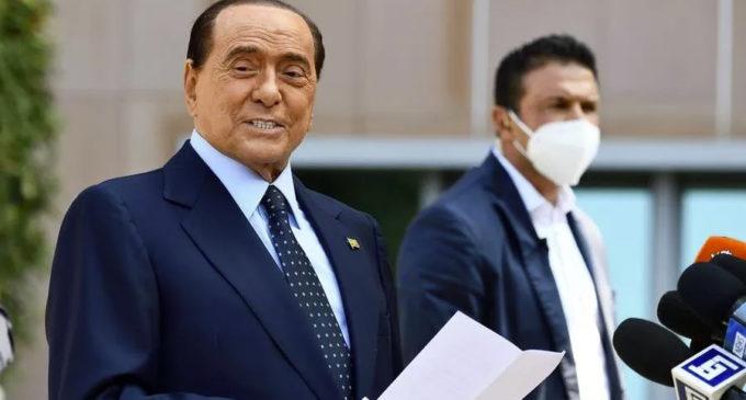 Berlusconi ancora positivo al Covid vuole ritornare in ospedale. Il suo staff smentisce