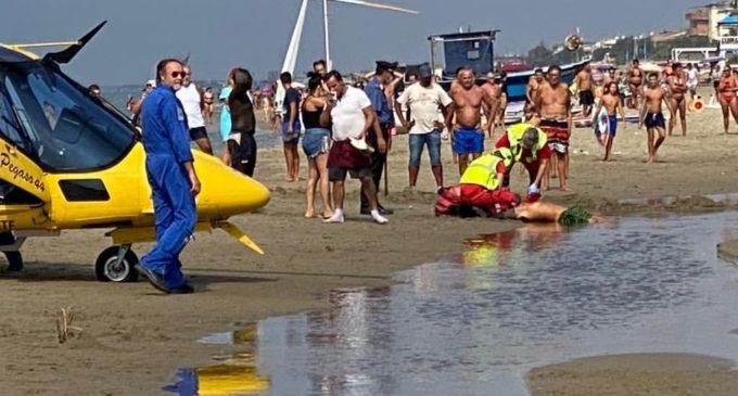sparatoria sulla spiaggia tra i bagnanti: un ferito