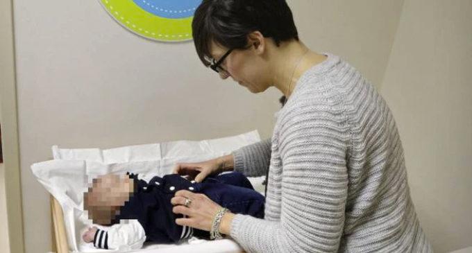 Genitori convocati all'asilo per cambiare i pannolini
