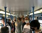 Istigano i passeggeri del treno a togliersi la mascherina
