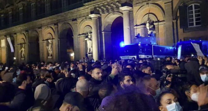 """Proteste contro il Dpcm, a Napoli corteo sotto la Regione. """"De Luca, dimettiti"""""""