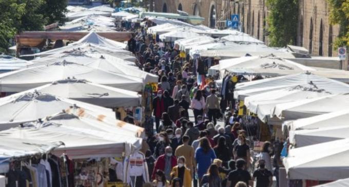 """Fiume di gente a Porta Portese. I presidi: """"Scuole chiuse ma mercato 'pro-Covid' aperto?"""""""