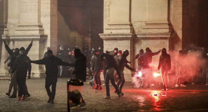 Roma, Coronavirus, proteste contro il governo Conte, scontri in piazza del Popolo