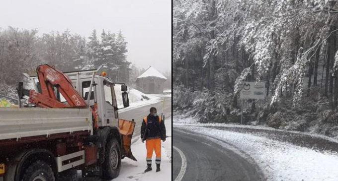 Neve sull'Appennino modenese, i fiocchi colgono impreparati gli automobilisti