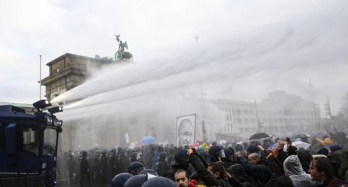 """Polizia tedesca contro i nazi-negazionisti: """"""""Gente disposta a ricorrere a violenza estrema"""""""