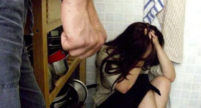 Picchia la moglie perché non cuoce il pane: arrestato a Reggio Emilia