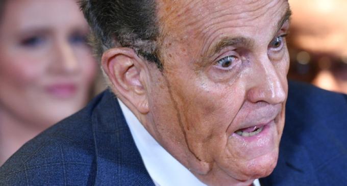 La tinta colata sulle guance di Giuliani scatena l'ironia del web